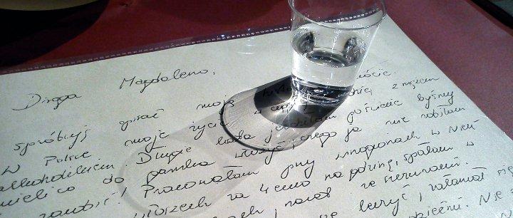 Brief mit Vodkaglas, Ausschnitt