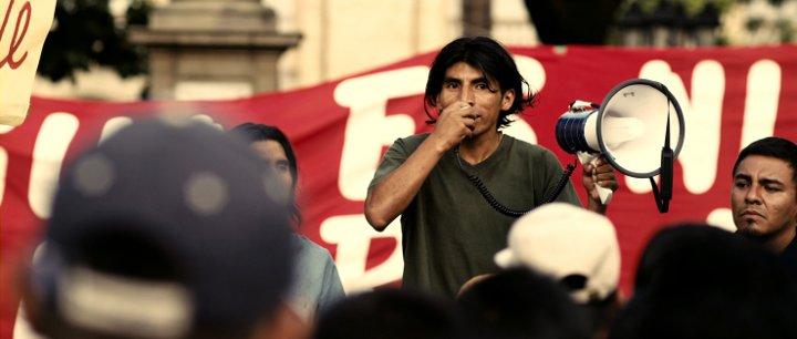 Filmbild mit Juan Carlos Aduviri auf einer Demo