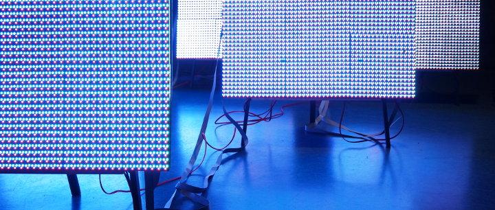 Aufgestellte LED-Panels